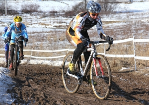 Jade Wilcoxson working her way through the field to 2nd at 'cross nationals
